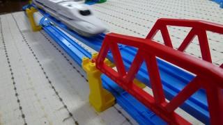 プラレールレイアウト – 高架の上下を走る立体レイアウト