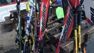 コブ斜面は硬いスキー板のほうが滑りやすい?